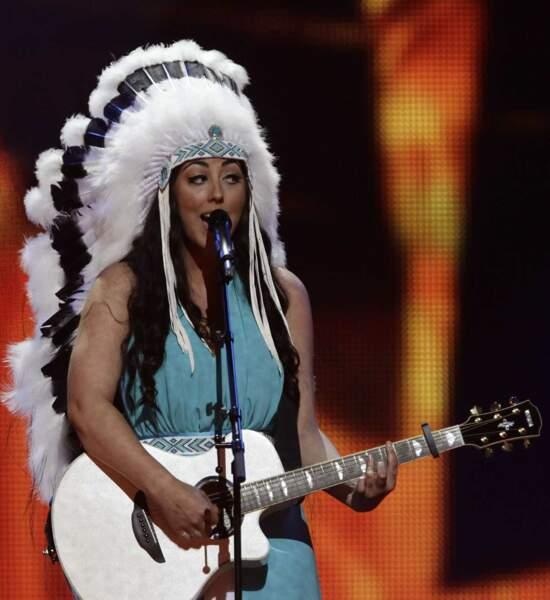 Demi-finale : la chanteuse hollandaise, en mode iroquoise. Pourquoi ? Allez savoir...