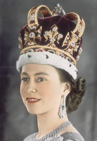 Elle est couronnée en 1953, après la mort de son père George VI, survenue l'année précédente