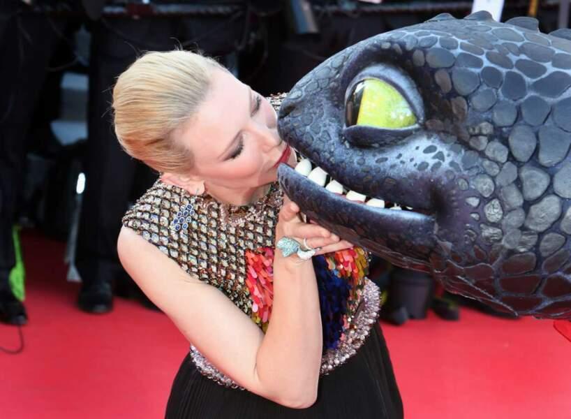 On en connait beaucoup qui auraient voulu être à la place du dragon pour avoir un bisou de Cate Blanchett...