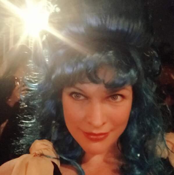 Cheveux bleus pour Milla Jovovich.