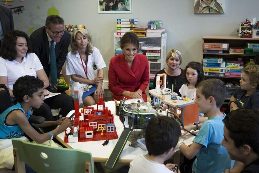 Tandis que son époux saluent des militaires américains, Melania rend visite aux enfants malades de l'hôpital Necker