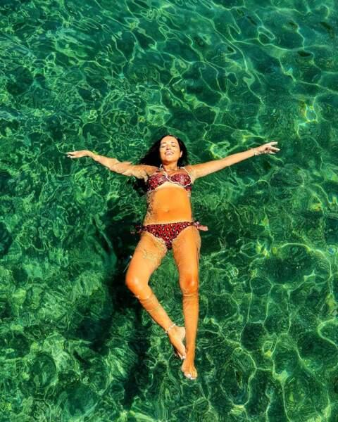 L'actrice espagnole Paula Echevarria fait l'étoile de mer dans un décor paradisiaque