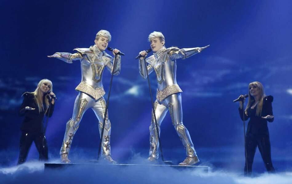 Le duo irlandais Jedward, dans une atmosphère très futuriste.