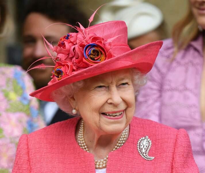 La reine resplendissante toute de rose vêtue