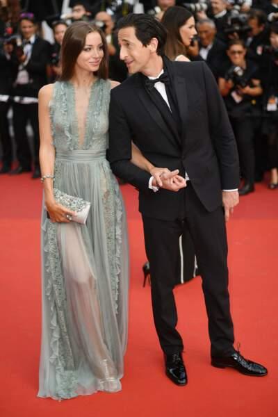 Regard complice pour Adrien Brody et sa compagne Lara Lieto, lors du tapis rouge de la soirée du 70ème anniversaire