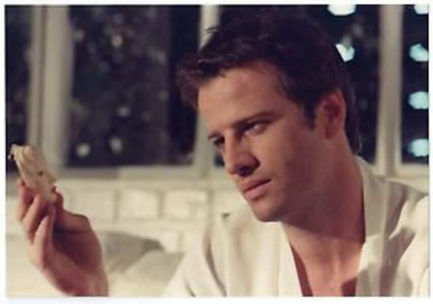Avec un porte clé : Christophe Lambert dans I Love You (1985)