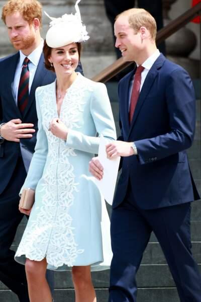 Juin. À l'anniversaire de la Reine, on a dit en dessous du genou, Kate ! Pas au dessus.