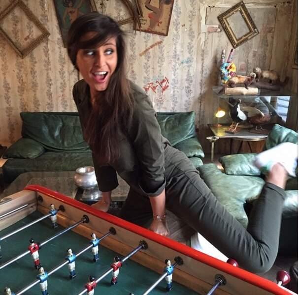 Pendant ce temps : Malika Ménard joue au baby-foot... à sa façon !