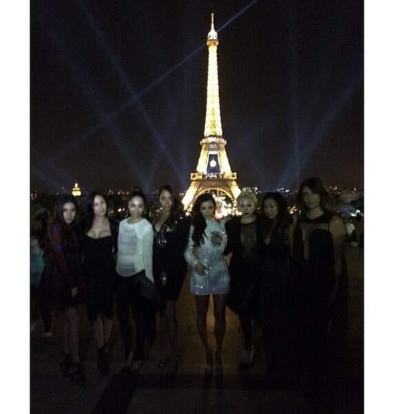 Petit cliché bien cliché devant la Tour Eiffel