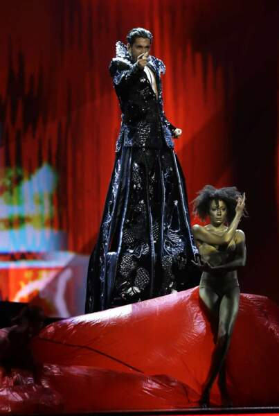 Demi-finale : le candidat roumain a craqué sur cette longue robe noire. Il nous fait un peu peur, comme ça...