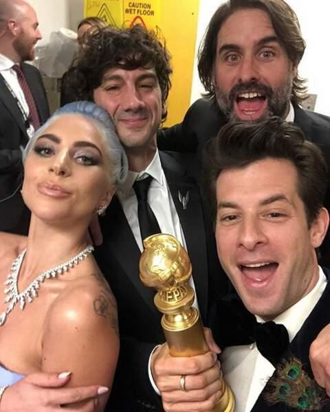 Lady Gaga et Mark Ronson pas peu fiers de leur trophée de la meilleure chanson originale !