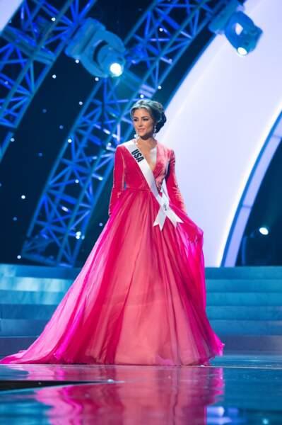 Olivia Culpo défile en robe du coir