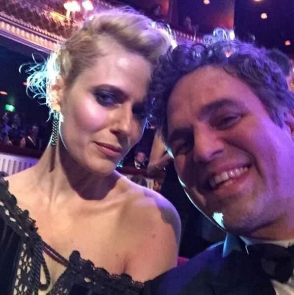 Mark Ruffalo est venu avec sa femme Sunrise Coigney ! Hop ! un selfie en direct de la salle