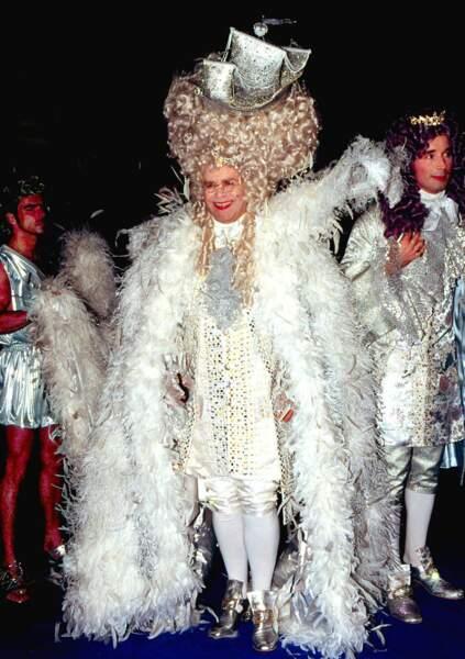 En 1997, Elton John arrive au palais Hammersmith à Londres pour fêter en grande pompe son 50e anniversaire