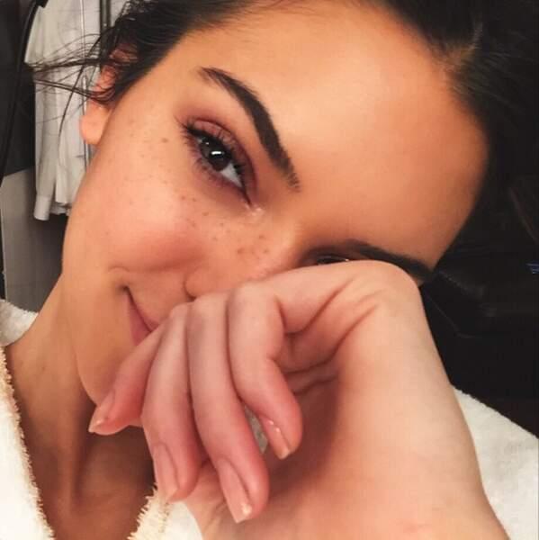 Kendall Jenner en peignoir et au naturel : elle est adorable