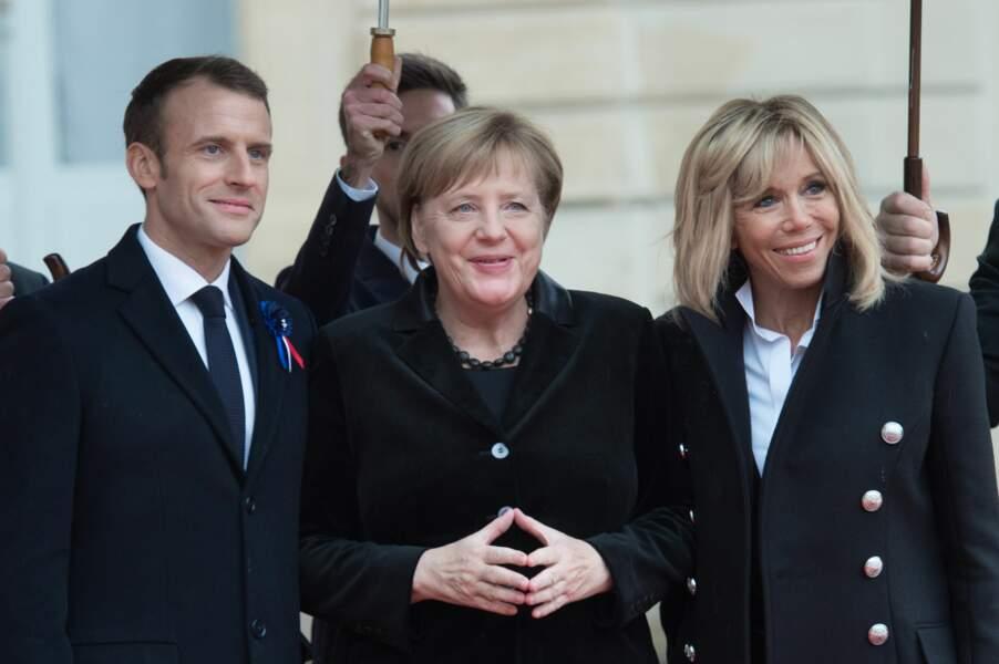 Emmanuel et Brigitte Macron prennent la pose avec la chancelière allemande sur le perron de l'Elysée