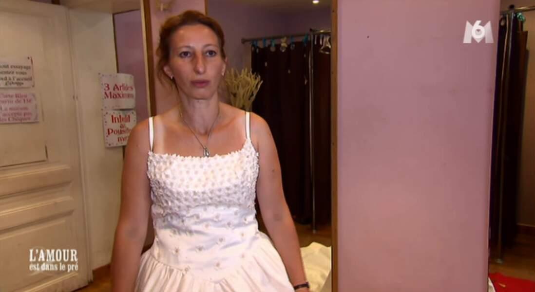 Annie essaie sa robe de mariage...