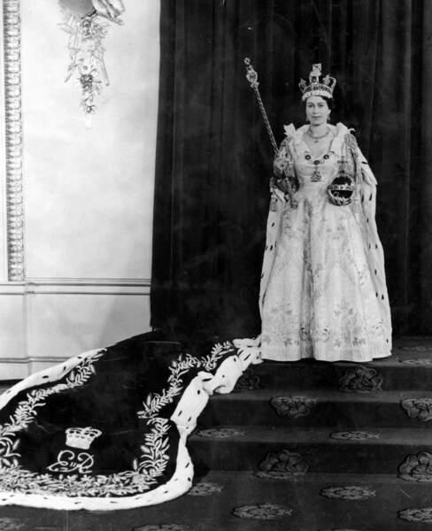 Son couronnement a lieu le 2 juin 1953 à Westminster
