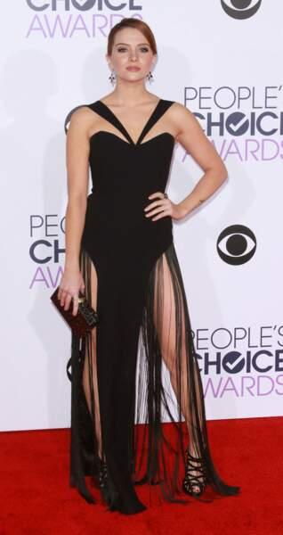 La chanteuse Katie Stevens a sorti la robe à franges