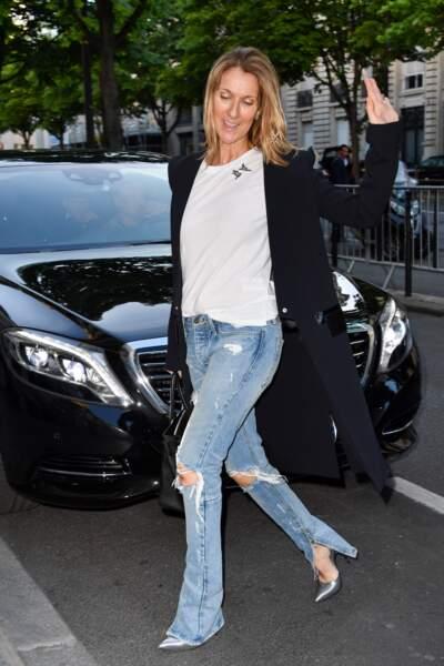 Même sans maquillage et vêtue d'un simple jean, Céline reste ultra-classe sur les pavés de la capitale