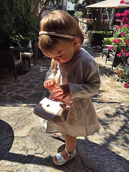 Benzema lui en papa fier postait une photo de sa fille.