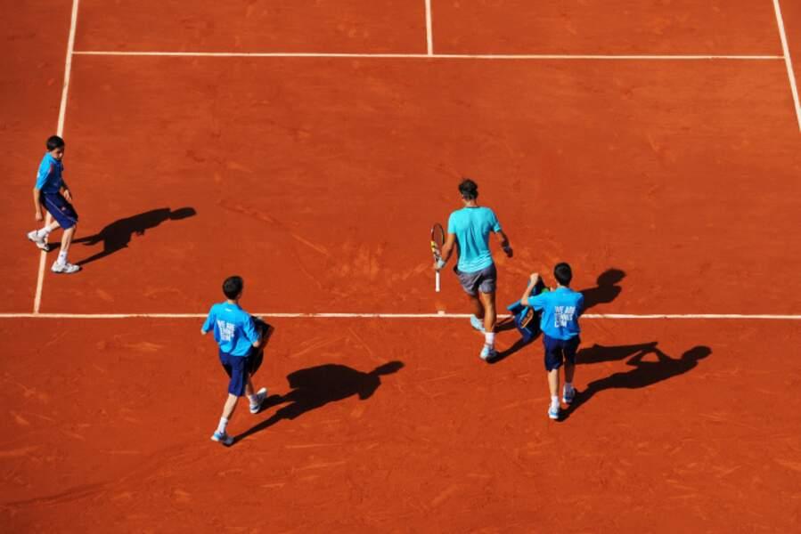 Nadal est tellement le roi de Roland Garros qu'il vient avec ses serviteurs sur le terrain.
