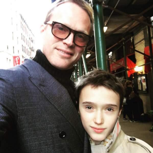 Avec son plus jeune fils, de retour en ville