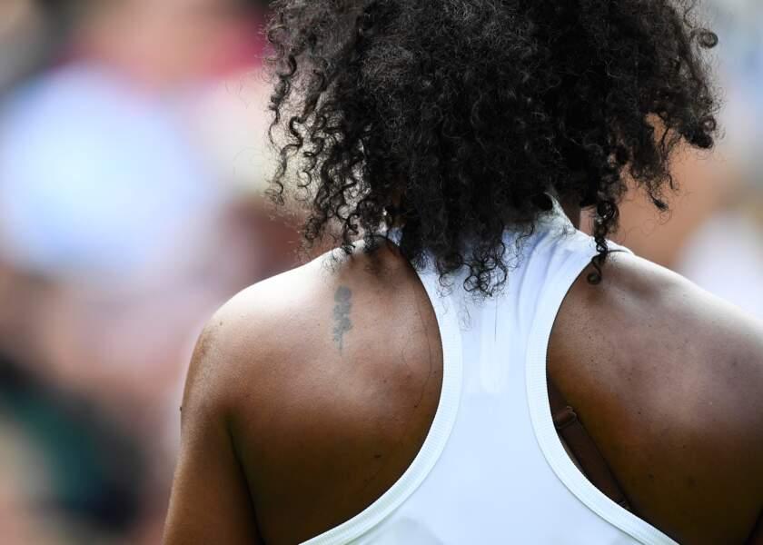 Serena Williams aime rester discrète. Elle a aussi un petit coeur dans le cou.