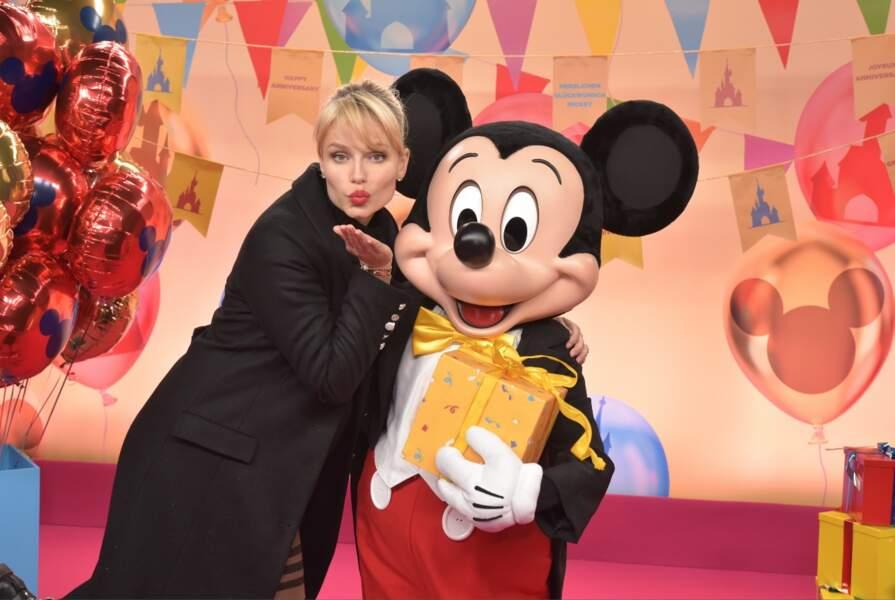 La mannequin Russe Natasha Poly a fait un gros bisous à Mickey pour ses 90 ans