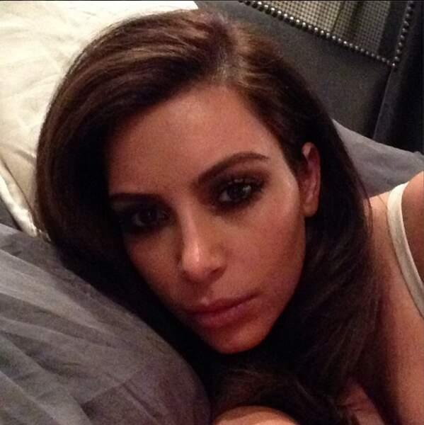 Kim Kardashian, brune again, a elle aussi posté une photo dans son lit. Mais au réveil, c'est pas top !