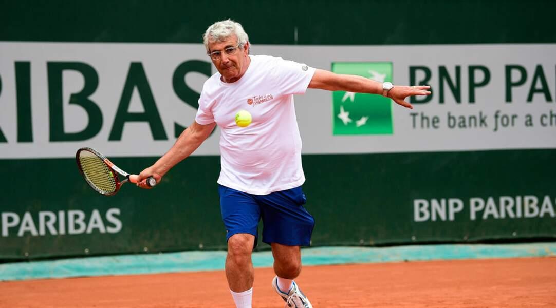 Même à 65 ans, Michel Boujenah n'a rien perdu à sa vitesse de déplacement sur terre