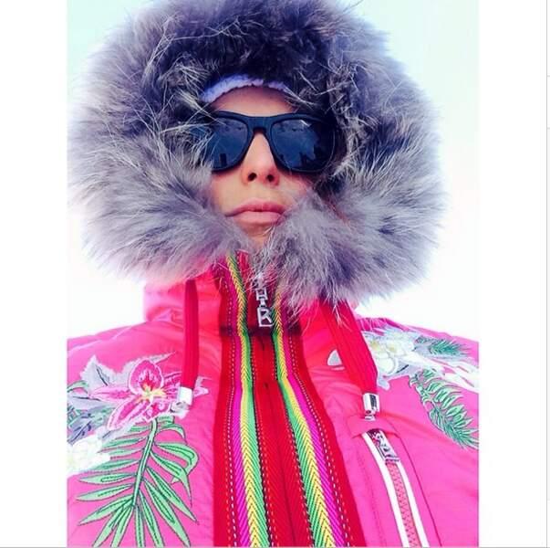 Impossible pour Laury Thilleman de se perdre dans la montagne avec cette combi rose fluo !