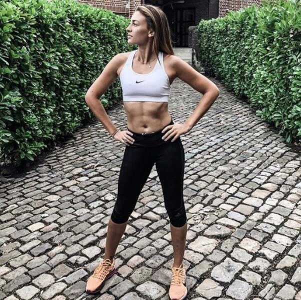 Mini-haut et gros abdos pour Rachel Legrain-Trapani.