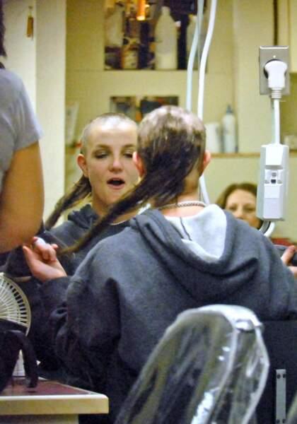 En 2007, la chanteuse et actrice à ses heures Britney Spears pète un câble et se rase le crâne