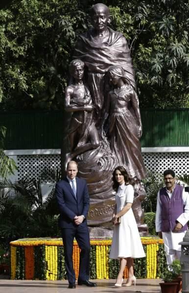 Le couple se rend au musée du Mahatma Gandhi et pose devant son imposante statue