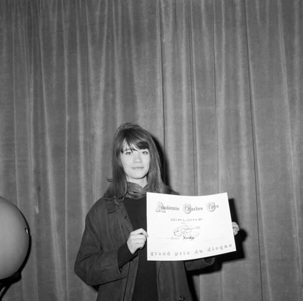 Imper sage pour recevoir son prix de l'Académie Charles-Cros (1968).