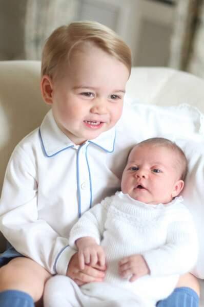 Juin : Rien de tel que d'être pris en photo pour la première fois par maman. N'est-ce pas George et Charlotte ?