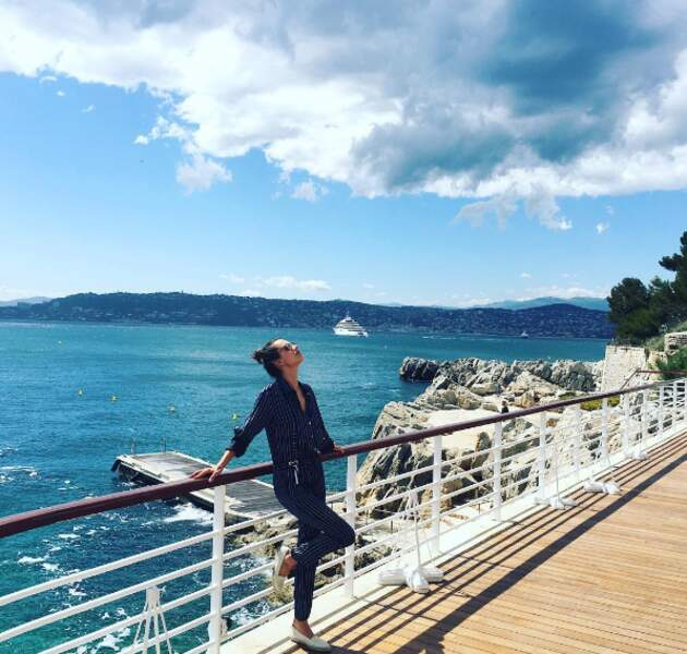 Alessandra Ambrosio profite du soleil cannois