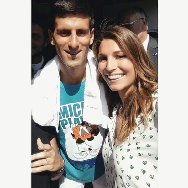 La classe. Elle pose avec le grand Novak Djokovic.