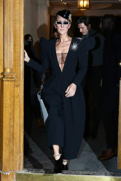 Décolleté, larges épaules et bibi à voilette : sûrement sa tenue la plus audacieuse de la semaine !