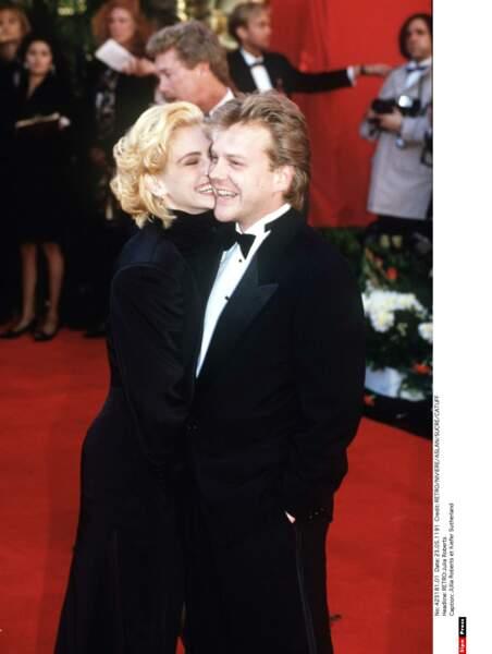 Pendant 2 ans, elle sort avec Kiefer Sutherland, rencontré sur le tournage de L'expérience Interdite.