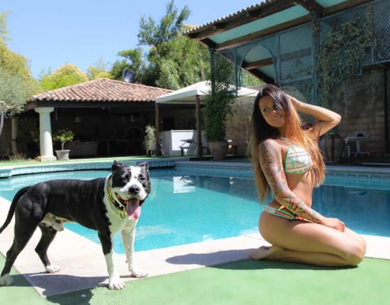 Elle pose avec son chien...