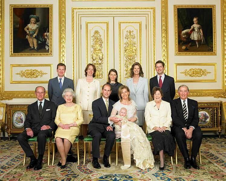 En avril 2004, Lady Louise, fille aînée du prince Edouard et de son épouse Sophie reçoit ces honneurs