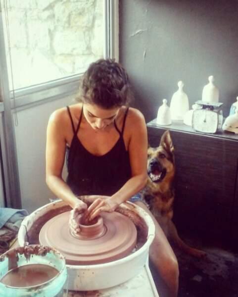 ... et cours de poterie pour Nikki Reed, sous haute surveillance.
