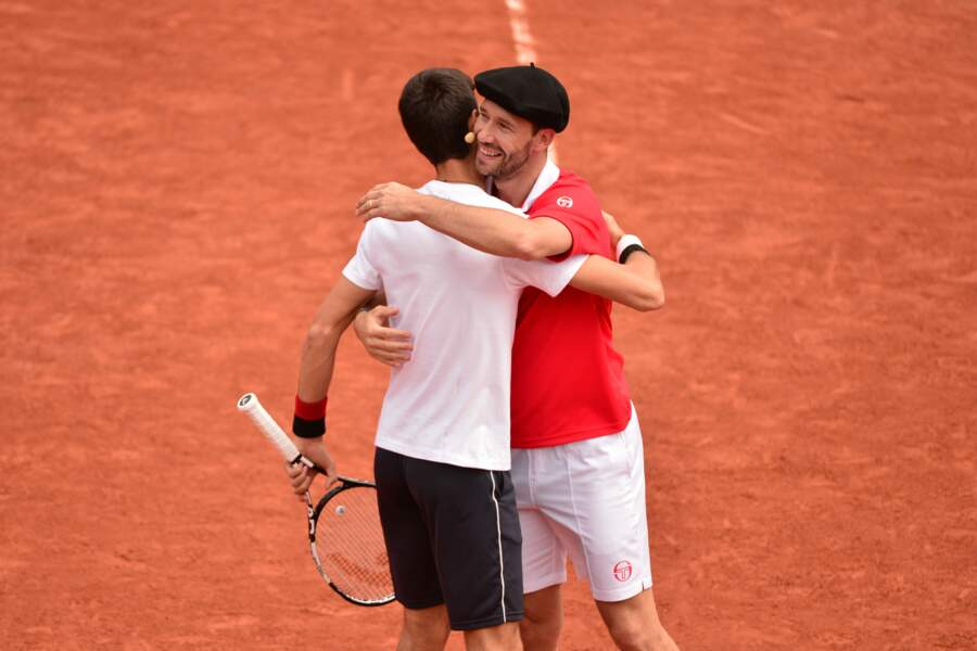 Pause câlin pour Djokovic. Michael Llodra va faire des jalouses.