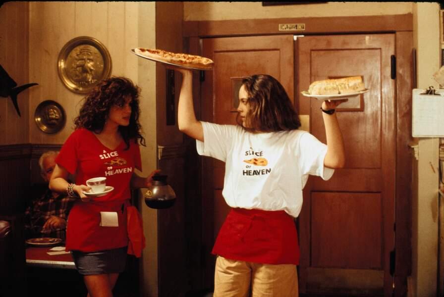 Julia Roberts et Annabeth Gish servet des pizzas en attendant de se barrer de ce trou perdu (Mystic Pizza)