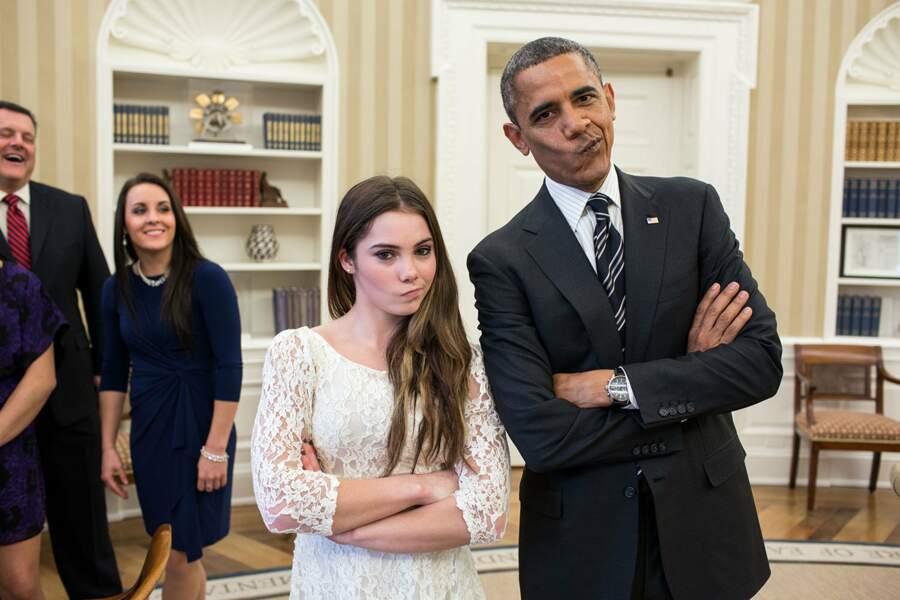 On ne sait pas qui de la gymnaste ou du Président prend la pose