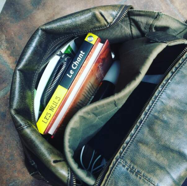 Un peu taquine, elle n'a pas hésité à balancer des dossiers sur Olivier (c'est ce qu'il transporte dans son sac !)