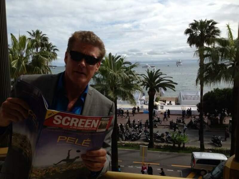 Pause lecture pour David Hasselhoff depuis sa terrasse