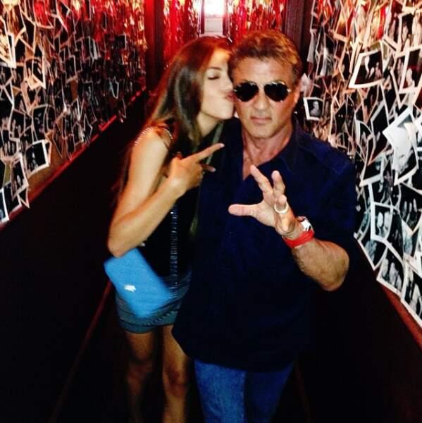 Sistine adore prendre des photos avec sa rock-star de père
